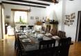 Duży stół z litego drewna w salonie - zapraszamy do skorzystania z posiłków.